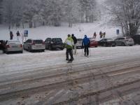 Wer sein Snowboard liebt, der schiebt... über die Strasse
